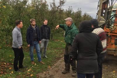 Anbauberater Hans-Dieter Bierig (dritter von rechts) im Gespräch mit dem EXPRESS-Projektteam